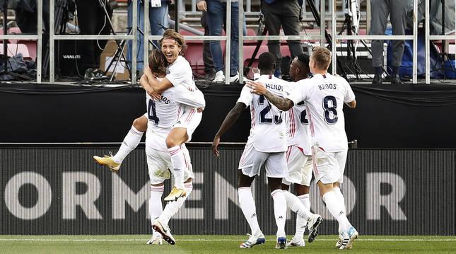 Los jugadores del Real Madrid celebran el tercer tanto, obra de Luka Modric, en el Camp Nou.