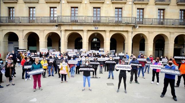Foto de hosteleros y hosteleras frente al ayuntamiento de Tafalla.