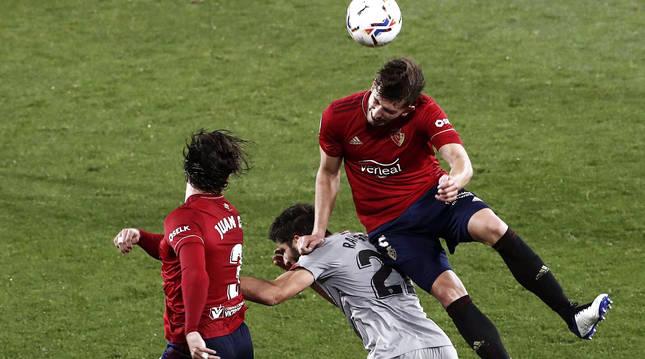 David García le gana el salto a Raúl García en presencia de Juan cruz en el choque contra el Athletic