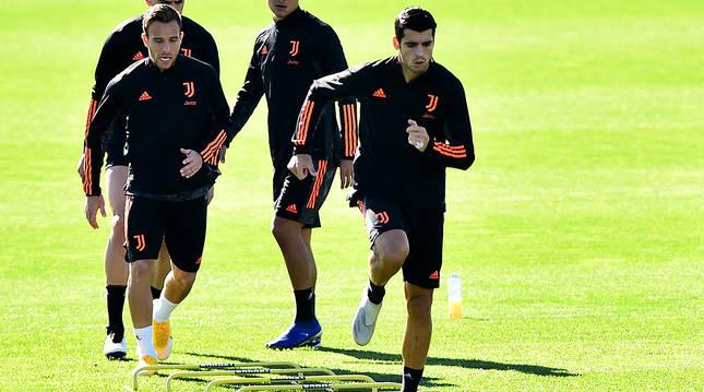 Álvaro Morata y Artur Melo, durante el entrenamiento de la Juventus de este martes.