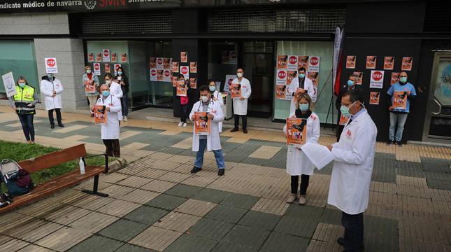 Concentración de médicos en la sede del Sindicato Médico de Navarra.