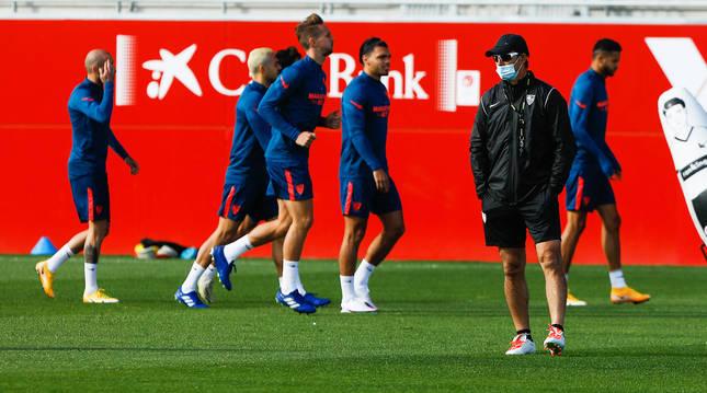 Julen Lopetegui dirige el entrenamiento del Sevilla de este martes.