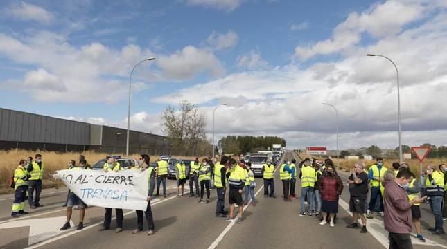 Trabajadores de Trenasa, durante una manifestación tras el anuncio de cierre.