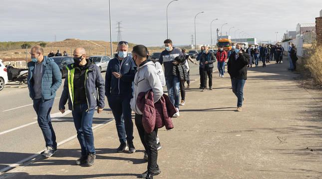 Trabajadores de Trenasa caminan por las inmediaciones de la fábrica tras una asamblea celebrada el martes.