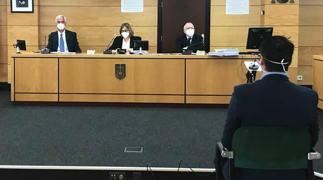 El acusado, frente a los tres magistrados del tribunal de la Sección Primera de la Audiencia Provincial de Navarra.