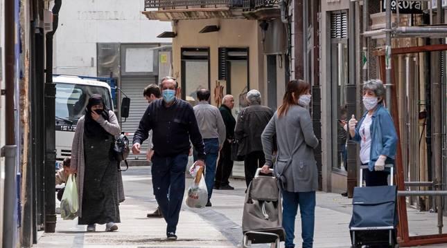 Foto de varios vecinos en la calle Mayor de Estella.