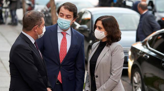 Foto de Emiliano García Page, Alfonso Fernández Mañueco e Isabel Ayuso.