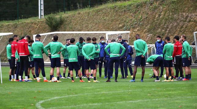 Imanol Arregi da instrucciones durante el entrenamiento de este miércoles de la Real Sociedad en Zubieta.