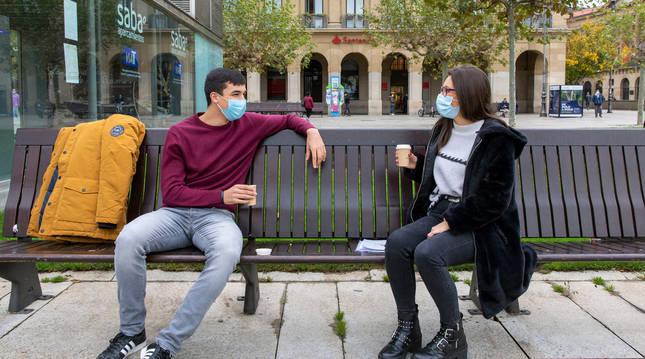 Gaizka Navarlaz y Lydia Romero, con el café en la Plaza del Castillo.