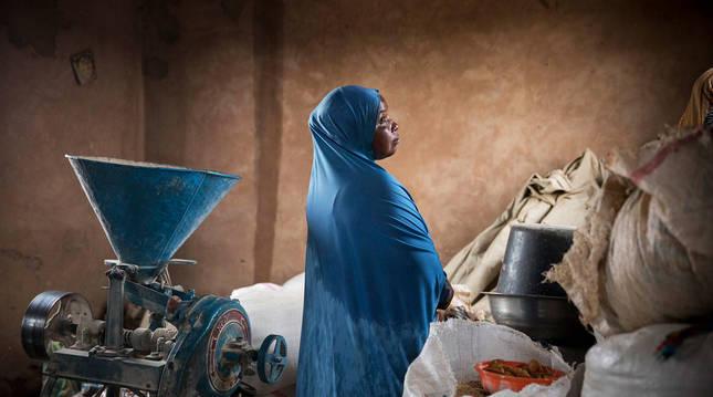 Una mujer, ante el molino de Tokey del que ahora se encarga Sadaatou Namata.