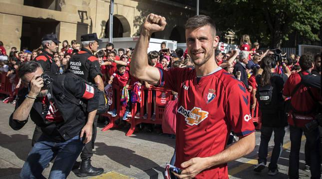 El navarro, con su gesto tan característico con el puño cerrado, durante las celebraciones por el ascenso a Primera División en mayo de 2019.