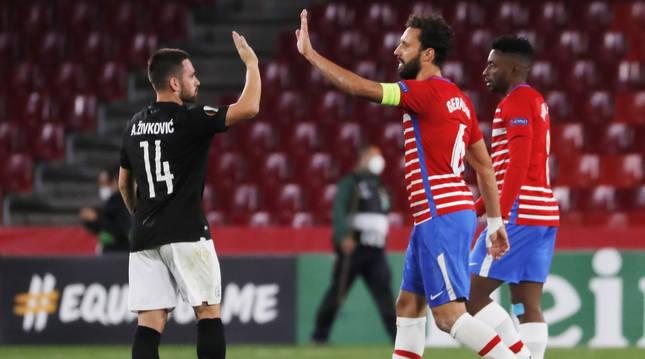 Andrija Zivkovic (izda.) del PAOK, saluda a Germán al finalizar el encuentro.