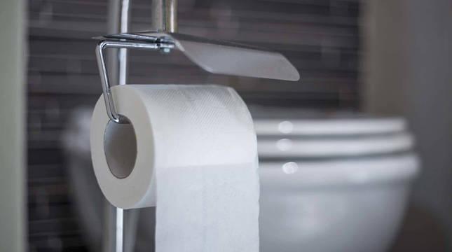 Un rollo de papel higiénico.