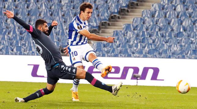 Mikel Oyarzábal dispara ante la oposición de un defensa del Nápoles durante el encuentro