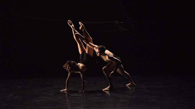 Dos bailarines del proyecto 'Sirenas – Itsaslaminak – Sirènes'.