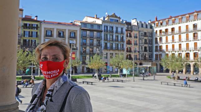 María Ángeles Rodríguez, en la plaza del Castillo, donde se concentran a diario los hosteleros.