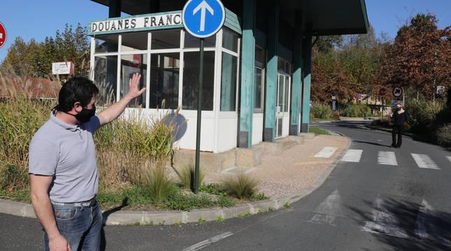 Iñaki Ariztia, que ostenta la alcaldía en Urdax, saluda desde el lado español a su mujer, Cecilie Grilleres, en suelo francés.