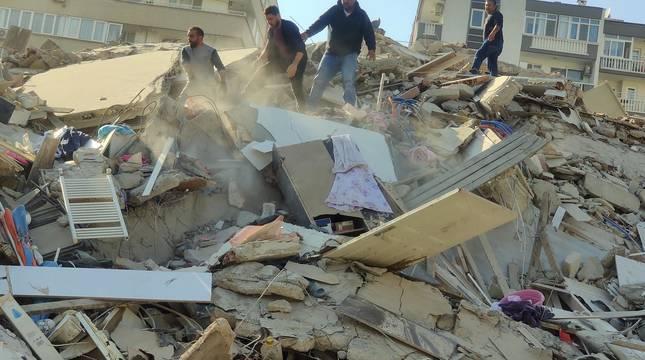 Un fuerte terremoto sacude Grecia y Turquía y provoca el derrumbe de varios edificios