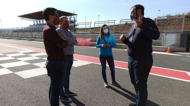 Foto de miembros de la Federación Navarra de Atletismo, en el Circuito de Navarra.