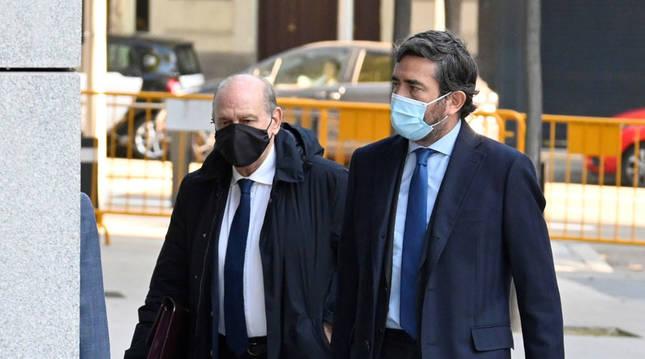 El exministro del Interior Jorge Fernández Díaz (i) a su llegada a la Audiencia Nacional