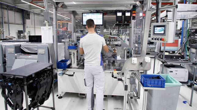 Un trabajador, en la máquina de preparación de faros de Montaje de Volkswagen Navarra.