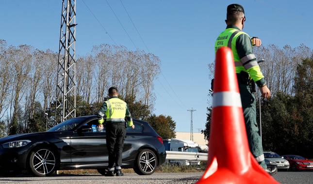 Foto de agentes de la Guardia Civil realizando controles de tráfico en la entrada a Lugo durante la pandemia de coronavirus.