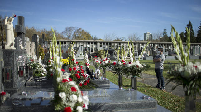 Tumbas con flores en recuerdo de los fallecidos, ayer por la mañana en el cementerio de Pamplona.