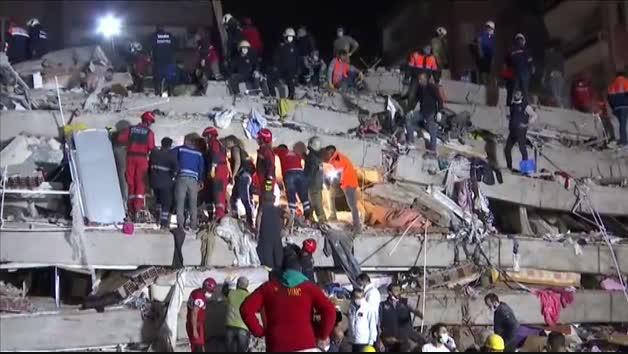 Vídeo: El terremoto en Turquía deja 20 edificios desplomados en Esmirna