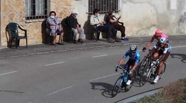Un grupo de ciclistas a su paso por un pueblo durante la 11ª etapa de la Vuelta.