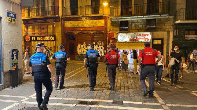 Agentes de la Policía Municipal y de la Policía Foral, esta noche en las calles del Casco Viejo de Pamplona.