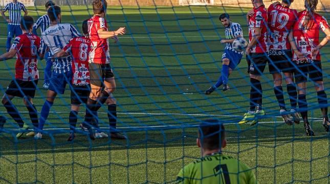 Foto del lanzamiento de falta del navarro Rúper que significó el 1-0 en el marcador. El balón entró ajustado al poste derecho del meta de la SD Logroñés.