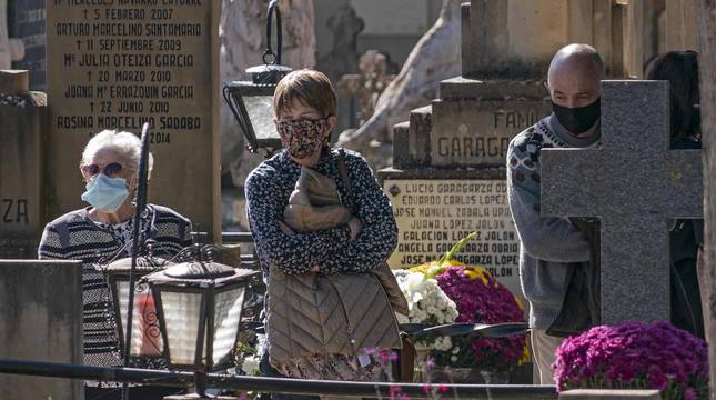 El cementerio de Estella registró durante el día de Todos los Santos un goteo de visitas muy alejado de la imagen de años anteriores