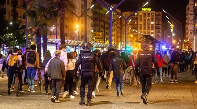 Agentes de la policía dispersan a los grupos de más de seis personas que se encuentran en las calles de Logroño.