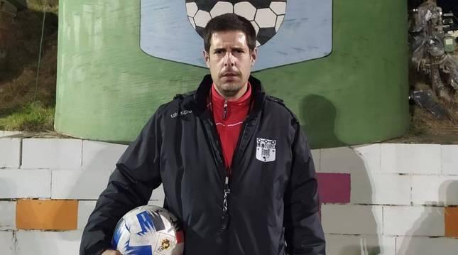 El entrenador del Subiza, Juan Pablo Azpilicueta, antes de empezar este lunes el entrenamiento.