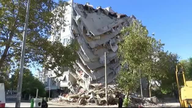 Enormes grúas sujetan en Esmirna algunos edificios semi desplomados tras el terremoto