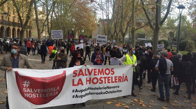 Cientos de personas en la manifestación en apoyo a la hostelería en Pamplona