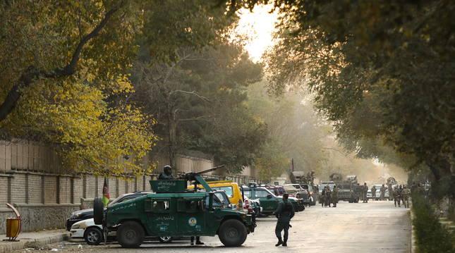 Foto de fuerzas oficiales de seguridad de Kabul vigilando el lugar del ataque.