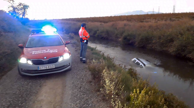 Un coche cae al canal de Lodosa tras chocar contra otro en Murchante