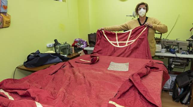 Yolanda Murugarren Suescun, en su taller con la vestimenta que reproducirá  para coser una nuevo.