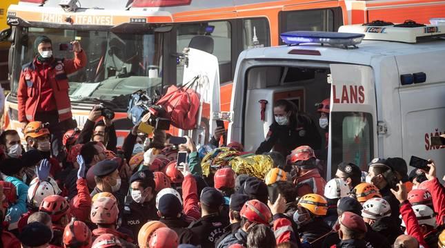 Foto del momento en el que trasladan a la pequeña Ayla Gezgin a una ambulancia tras encontrarle bajo los escombros.