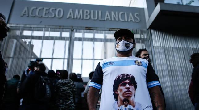 Foto de un admirador de Maradona a la salida del hospital donde ha sido operado.