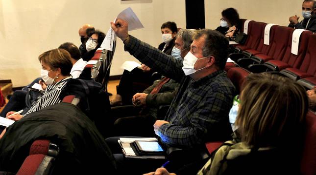 El concejal de Tafalla, José Ignacio Moros, muestra un papel durante su intervención en el debate.
