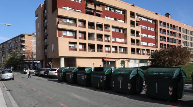 Grupo de contenedores en una de las travesías entre la avenida de Pamplona y Remiro de Goñi.