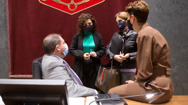 María Chivite (d), en el Pleno del Parlamento de Navarra.