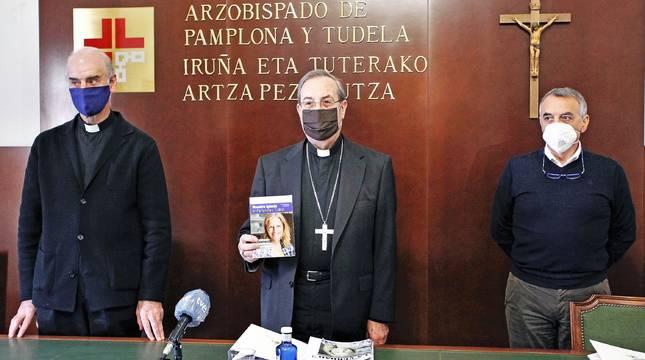 El Arzobispo de Pamplona, Francisco Pérez (centro), en la presentación del Día de la Iglesia Diocesana.