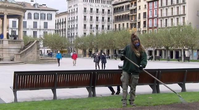 Una operaria planta los bulbos en un jardín de la Plaza del Castillo.