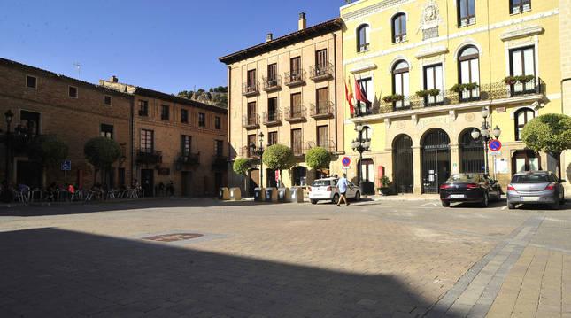 Vista de la plaza de los Fueros de Falces, con el ayuntamiento enfrente.
