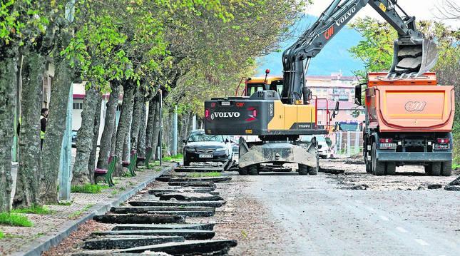 Las máquinas levantan estos días el asfalto de la avenida Corella, donde arrancará la urbanización.