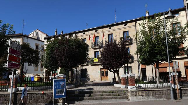 Al fondo, edificio que alberga el Ayuntamiento de Alsasua.