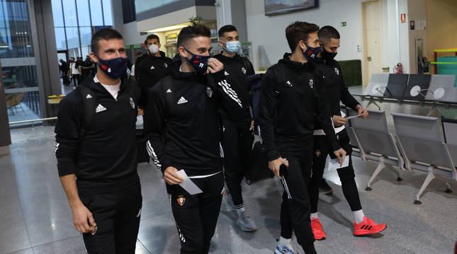 Los navarros Oier Sanjurjo, Kike Barja e Iñigo Pérez, ayer por la tarde, antes de poner rumbo a Sevilla. En la imagen también está Iván Martínez y Asier Córdoba.